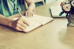 Azjatyckie dziewczyn ręki z pióra writing Zdjęcia Stock