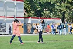 Azjatyckie dziewczyny ma zabawę przy muzeum kwadratem, Amsterdam, holandie Fotografia Royalty Free