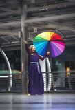 Azjatyckie dziewczyny stoi i ono uśmiecha się w purpurach ubierają mienia colorfu obrazy stock