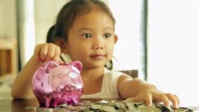 Azjatyckie dziewczyny z oszczędzaniami dla przyszłości zbiory wideo