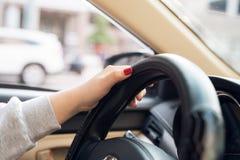Azjatyckie kobiet ręki na kierownicie samochód podczas gdy jadący z przednią szybą i drogą Murzynka wręcza trzymać sterowanie fotografia stock