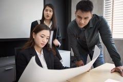 Azjatyckie kobiety i mężczyzna inżyniery dyskutuje biznesowego projekt i sm obrazy stock