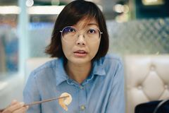 Azjatyckie kobiety je sukiyaki przy restauracją obrazy royalty free