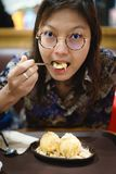 Azjatyckie kobiety je waniliowego lody zdjęcie stock