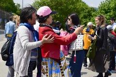 Azjatyckie kobiety komunikują obrazki na smartphone malowniczy widok i biorą obraz stock