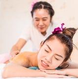 Azjatyckie kobiety krzywdzą podczas gdy odbiorczy zdroju masaż zdjęcia stock