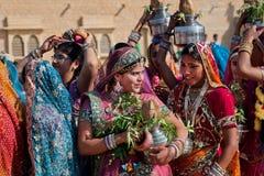 Azjatyckie kobiety plotkuje w tłumu przyjaciele Obrazy Royalty Free