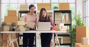 Azjatyckie kobiety pomagają each inny zdjęcie wideo