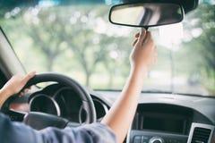 Azjatyckie kobiety przystosowywają rearview lustro samochód obrazy royalty free