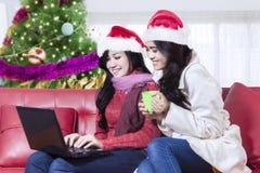 Azjatyckie kobiety relaksuje z laptopem w domu Zdjęcie Stock