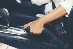 Azjatyckie kobiety są handbrake i parking hamulca samochodem obrazy royalty free