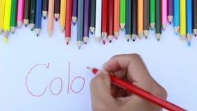 Azjatyckie kobiety używa czerwonego kolor, pisze Kolorowym słowie pod falą kolorów ołówki w białej księdze zbiory wideo