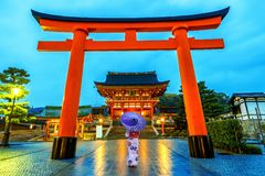 Azjatyckie kobiety w tradycyjnych japońskich kimonach przy Fushimi Inari świątynią w Kyoto, Japonia obraz royalty free