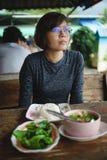 Azjatyckie kobiety z jedzeniem na stole w restauraci obrazy stock