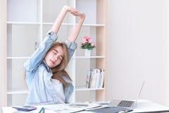 Azjatyckie młode biznesowe kobiety rozciąga ręki w biurze obrazy stock