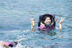 Azjatyckie młode kobiety snorkeling w morzu Tajlandia obrazy royalty free