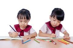 Azjatyckie Małe Chińskie dziewczyny rysuje z kolorów ołówkami Obrazy Stock