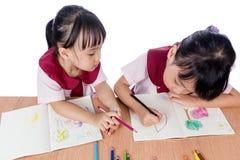 Azjatyckie Małe Chińskie dziewczyny rysuje z kolorów ołówkami Zdjęcia Stock