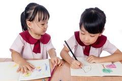 Azjatyckie Małe Chińskie dziewczyny rysuje z kolorów ołówkami Fotografia Royalty Free