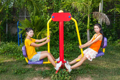Azjatyckie Tajlandzkie dziewczyny z ćwiczenie maszyny parkiem publicznie Obraz Royalty Free