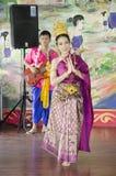 Azjatyckie tajlandzkie kobiety klasyczny tajlandzki taniec lub baran tajlandzcy dla przedstawienie mostownicy Obrazy Royalty Free
