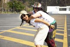 Azjatyckie tajlandzkie kobiety matki, córki podróży poza i bawić się na parking Khun Dan Prakan Chon tama w Nakhon Nayok, Tajland zdjęcie royalty free