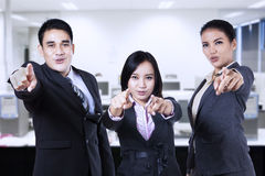 Azjatyckiego biznesu drużynowy wskazywać Zdjęcia Stock