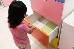 Azjatyckiego dzieciaka otwarty kolorowy kreślarz obrazy royalty free