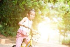 Azjatyckiego dziecka jeździecki rowerowy plenerowy zdjęcia royalty free