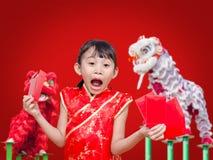 Azjatyckiego dziewczyny mienia paczki czerwony pieniądze Fotografia Royalty Free