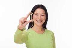 Azjatyckiego kobieta chwyta stary klucz na bielu Zdjęcie Royalty Free
