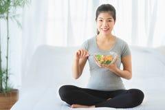 Azjatyckiego kobiety łasowania jarzynowa sałatka dla diety zdjęcie stock