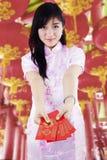 Azjatyckiego kobiety mienia paczki czerwony prezent Zdjęcia Royalty Free