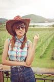 Azjatyckiego kobiety noszą szkockiej kraty błękitna koszula Obrazy Royalty Free