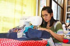 Azjatyckiego kobiety use maszynowy szyć odziewa Zdjęcia Royalty Free