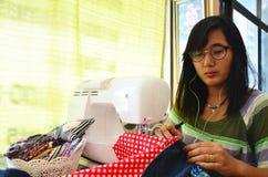 Azjatyckiego kobiety use maszynowy szyć odziewa Obraz Stock
