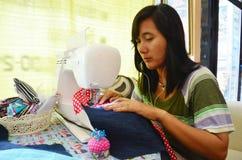 Azjatyckiego kobiety use maszynowy szyć odziewa Obrazy Royalty Free