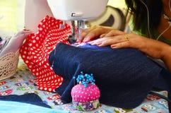 Azjatyckiego kobiety use maszynowy szyć odziewa Zdjęcie Royalty Free