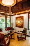 Azjatyckiego luksusu stylu hotelowy ?ywy pok?j z wsp??czesnymi drewnianymi furnitures zdjęcia stock