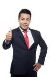 Azjatyckiego przystojnego biznesmena gesta dobry znak Zdjęcie Royalty Free