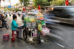 Azjatyckiego sprzedawcy długi ujawnienie na ruch drogowy drodze Fotografia Stock