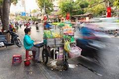 Azjatyckiego sprzedawcy długi ujawnienie na ruch drogowy drodze Zdjęcie Stock