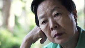 Azjatyckiego starszego starszego kobiety zmartwienia wyrażeniowy główkowanie o życiu zdjęcia royalty free