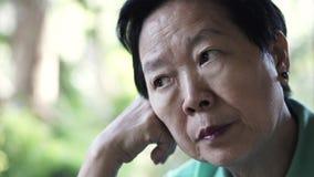 Azjatyckiego starszego starszego kobiety zmartwienia wyrażeniowy główkowanie o życiu obraz royalty free