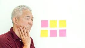 Azjatyckiego starszego mężczyzna wyrażeniowego zmartwienia nutowy papier kosmos kopii Zdjęcie Royalty Free