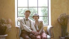 Azjatyckiego starszego para uśmiechniętego smokingowego rocznika retro styl w luksusie Obraz Royalty Free