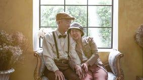 Azjatyckiego starszego para uśmiechniętego smokingowego rocznika retro styl w luksusie Fotografia Royalty Free