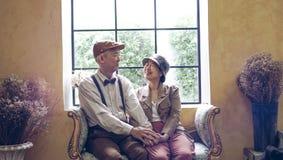 Azjatyckiego starszego para uśmiechniętego smokingowego rocznika retro styl w luksusie Obrazy Stock