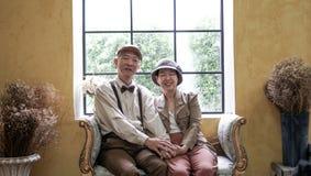 Azjatyckiego starszego para uśmiechniętego smokingowego rocznika retro styl w luksusie Obrazy Royalty Free