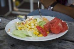Azjatyckiego tajlandzkiego kobiety łasowania śniadaniowy warzywo i owoc sałatka Zdjęcie Stock